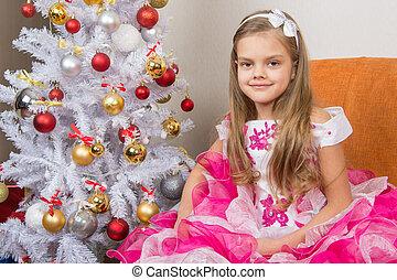 seven-year, menina, sentando, ligado, um, sofá, em, um, bonito, vestido, a, árvore natal