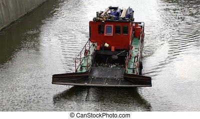 Sewage treatment vessel sails down the river, the waves...