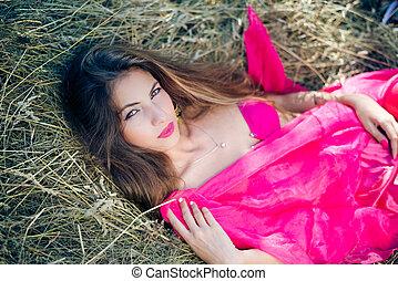 sexi, pensativo, dama joven, con, pelo largo, en, rosa