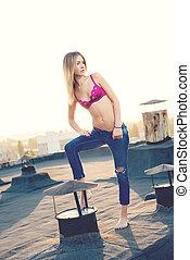 sexig, blond, in, sönderrivet, topp, med, jeans, öppna, på, den, roof., solnedgång