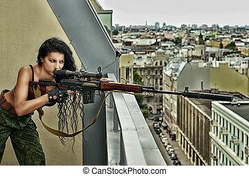 sexig, brunett, kvinna, med, gevär