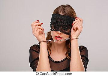 sexual, mulher, em, eyeshade, trancadas, com, handcuffs.