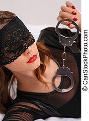 sexual, mulher, em, olho, cobertura, segurando, handcuffs.