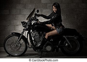 sexy, aantrekkelijk, twenties, aziatische vrouw, zittende , op, motorfiets
