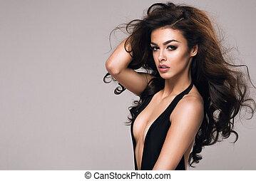 sexy, attraktive, brünett, frau, posierend, in, modisch, damenunterwäsche, in, studio