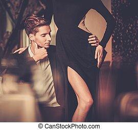 sexy, bene-vestito, giovane coppia, in, lusso, interno