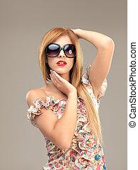 sexy, biondo, donna occhiali sole, proposta