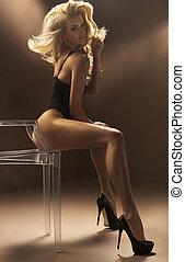 sexy, biondo, donna sedendo, su, cristallo, sedia