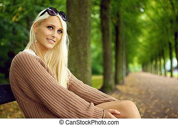 sexy, blond, attentif, dame, jeune