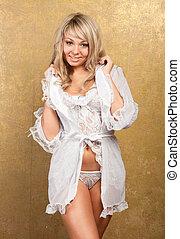 sexy, blond, frau, in, weißes, damenunterwäsche, auf, goldener hintergrund