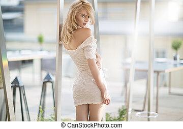 sexy, blond, frau, in, weisses kleid
