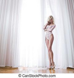 sexy, blond, frau, mit, langer, vorhänge