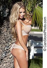 sexy, blond, frau, posierend, in, lingerie.