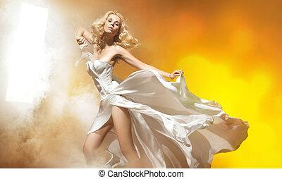 sexy, blonde , vrouw, in, verbazend, jurkje, het poseren