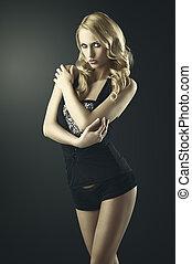 sexy, blonde , vrouw met gekruiste armen