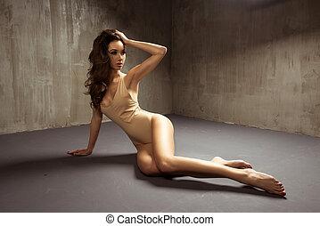sexy, brünett, frau, in, damenunterwäsche, liegen boden