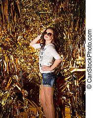 sexy, brünett, frau, in, sonnenbrille, aus, goldener hintergrund