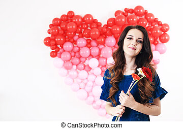 sexy, brünett, frau, mit, rotes herz, luftballone, und, blumen
