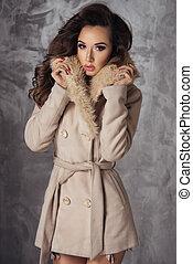sexy, brünett, frau, posierend, in, damenunterwäsche, und, mantel