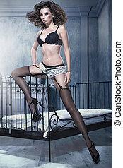 sexy, brunetta, donna, inclinandosi, cornice letto