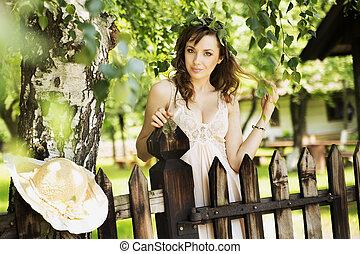 sexy, brunetta, signora, inclinandosi, il, recinto legno