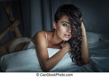 sexy, brunette, femme, poser, dans lit