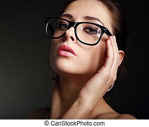 sexy, caldo, donna, in, occhiali, nero, fondo., closeup