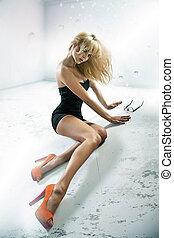 sexy, cargar, llevando, zapatos de taco alto