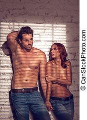 sexy, coppia, due, giovani persone, topless., standing, tenere mani