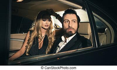 sexy, coppia, in, il, automobile.