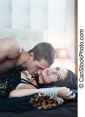 sexy, coppia, in, romantico, atteggiarsi