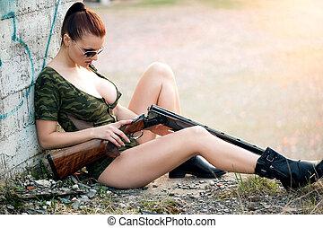 sexy, donna, con, arma