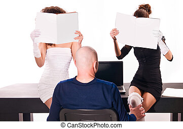 sexy, dos mujeres, en, oficina, con, revistas, y, un, hombre, con, un, computador portatil
