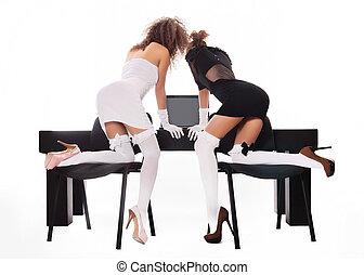 sexy, dos mujeres, en, oficina, con, un, computador portatil