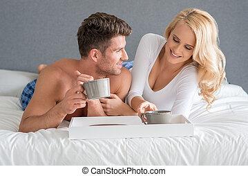 sexy, dulce, amantes, blanco, cama, teniendo, bebida