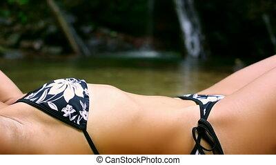 sexy, dziewczyna, cyganiąc na dół, w, rzeka
