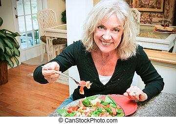 sexy, femme aînée, mange, sain