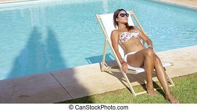 sexy, femme prendre bain soleil, piscine, jeune