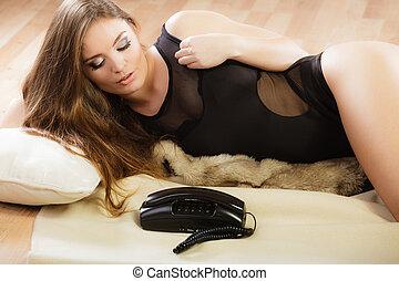 sexy, frau, in, damenunterwäsche, mit, altes , telefon