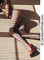 sexy, frau, in, schwarz, damenunterwäsche, und, strumpfhose, lügen fußboden