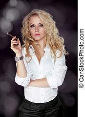 sexy, fumar, mujer hermosa, cigarro, primer plano, tiro del estudio