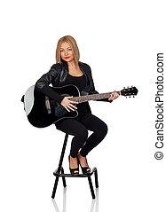 sexy, gitarrist, sitzen, mit, a, schwarze lederne jacke