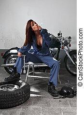sexy, hembra, motocicleta, mecánico