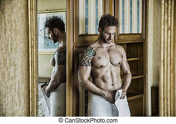 sexy, hombre estar de pie, shirtless, en, dormitorio