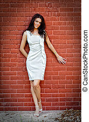 sexy, jeune, élégant, femme, devant, mur brique