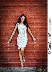 sexy, jeune, élégant, femme, sur, mur brique