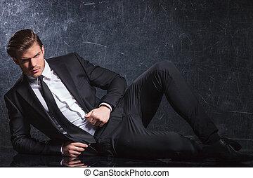sexy, joven, moda, hombre que se acuesta