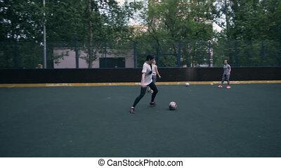 sexy, junge frau, fußballspieler, spielende , football.,...