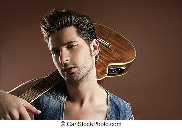sexy, junger mann, musiker, gitarre spieler, auf, brauner
