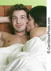 sexy, junges, küssende , und, spielende , in, bed.